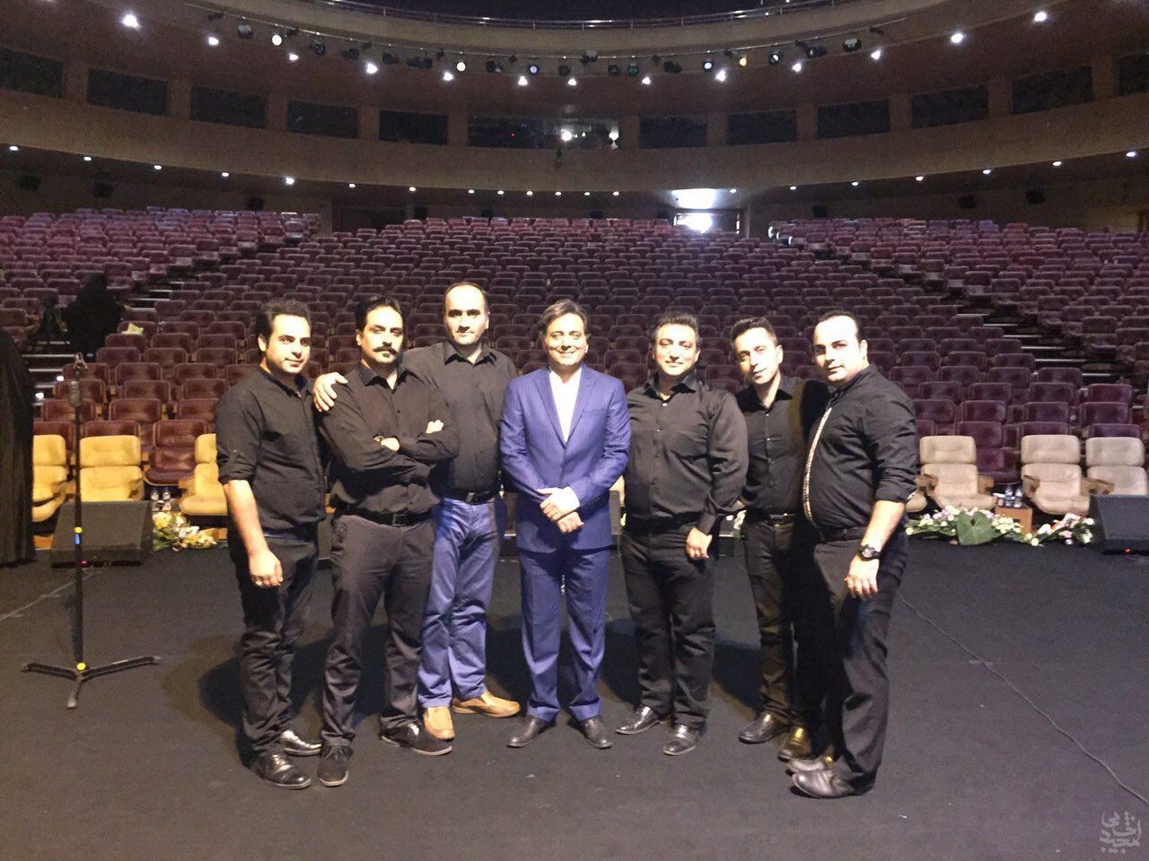 مجید اخشابی به همراه اعضای ارکستر در مراسم اختتامیه جشنواره شهرداری