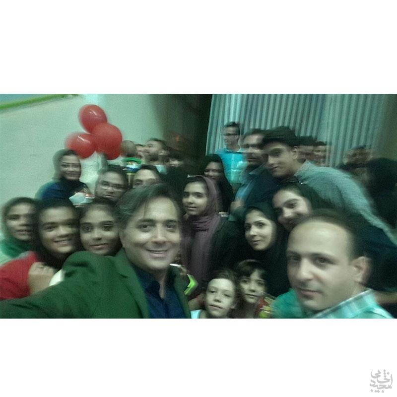 مجید اخشابی همراه ارکستر مهرآوا در جمع 5 هزار نفری مردم کرمان