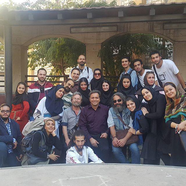 مجید اخشابی در جمع دانشجویان، اساتید و گروه تئاتر دماوند
