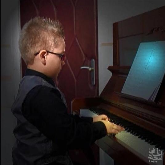 نوازندگی کودک 7 ساله در آموزشگاه همراز