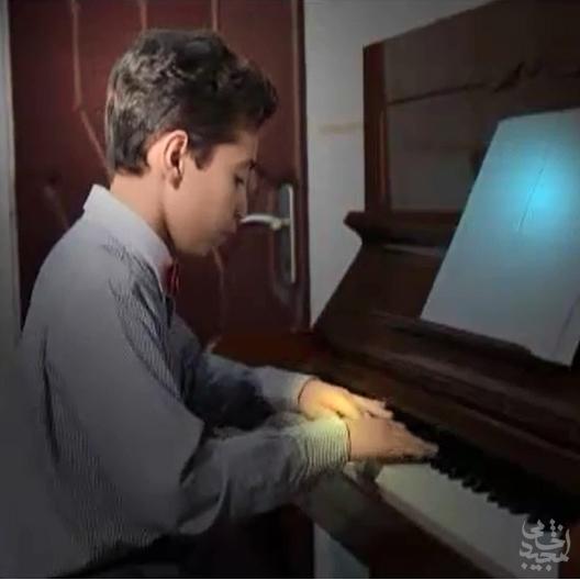 نوازندگی پیانو توسط نوازنده 12 ساله