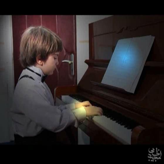 نوازندگی پیانو توسط نوازنده 6 ساله و نیم