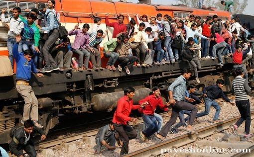 تصاویر باورنکردنی از مسافران قطار در هند