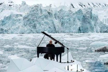 پیانو نوازی روی یخ های شناور در اعتراض به ذوب یخ ها