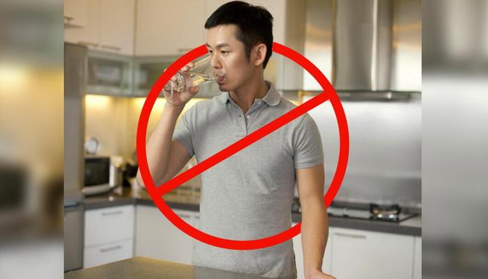 خطرات شوکهکننده ایستاده آب نوشیدن!