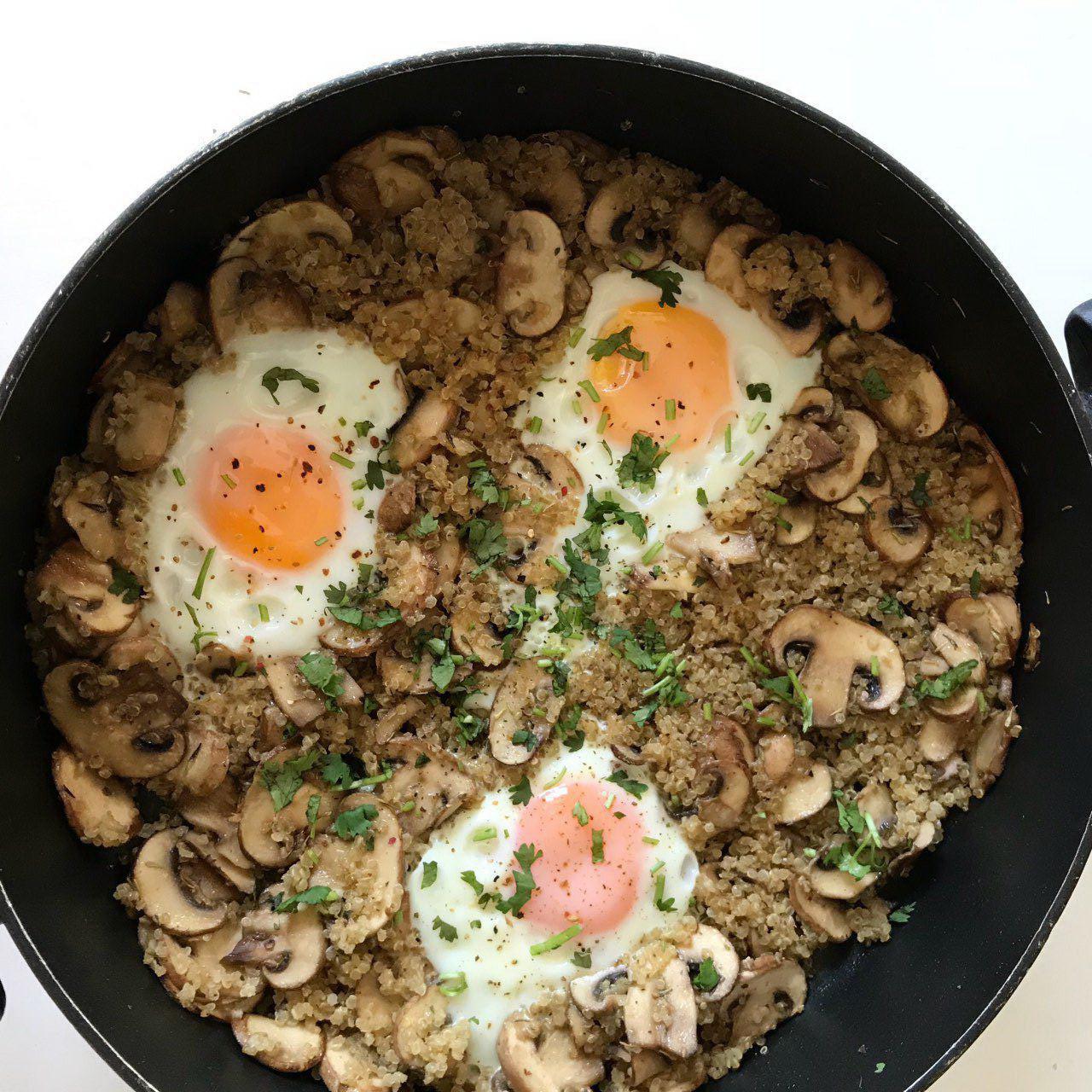 صبحانه تابهای با کینوا، قارچ و تخممرغ