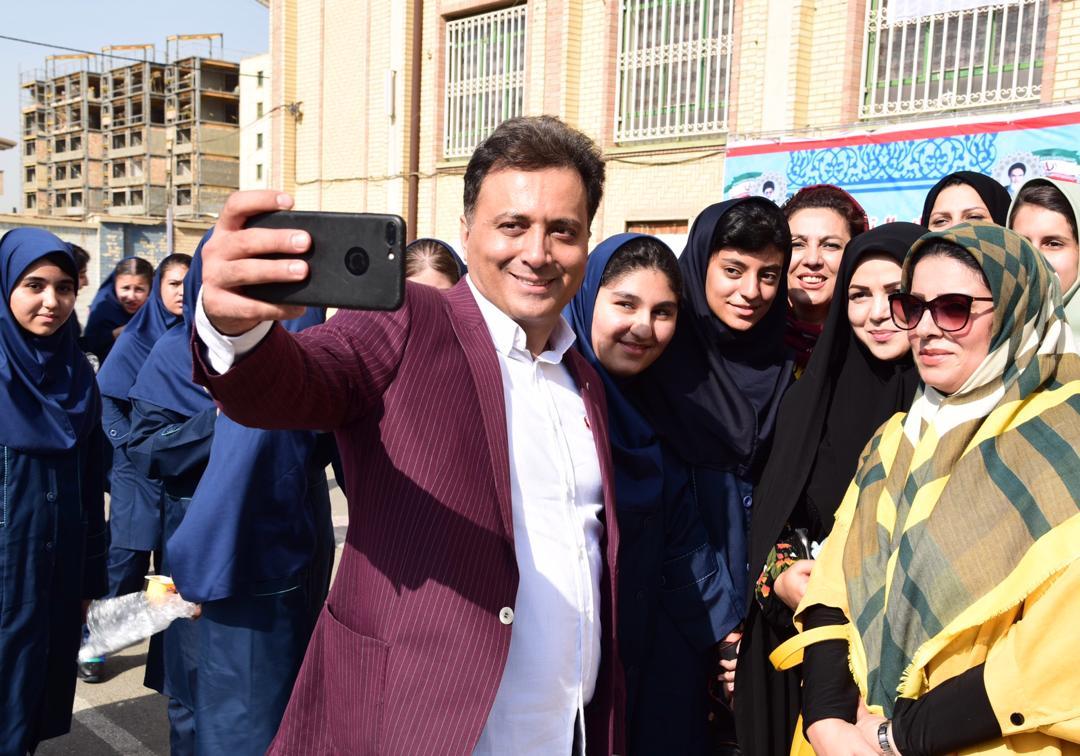 دکتر مجید اخشابی و به صدا درآوردن زنگ اول مهر دبیرستان عصمت